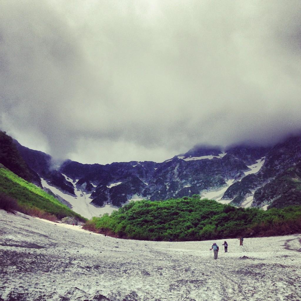 涸沢まで雪渓が全然溶けないザイテングラートをトレランシューズで下り、