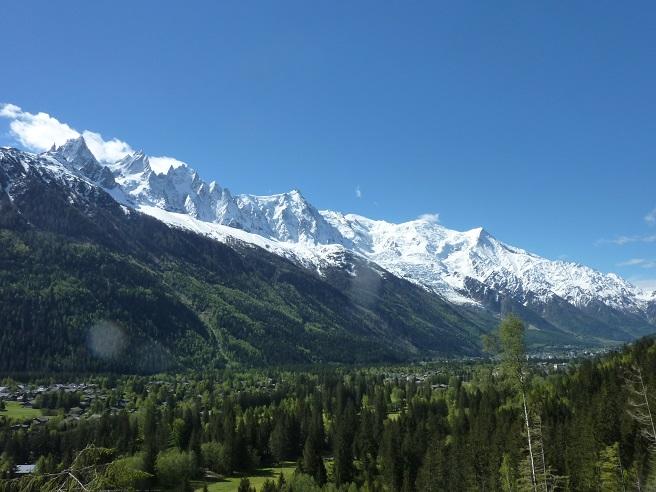 フレジェールからシャモニへ向かうトレイルからのモンブラン山群とシャモニの谷