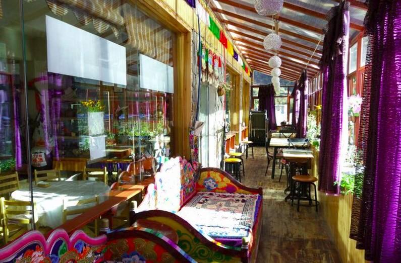 宿泊するホテルです。部屋は西洋スタイルですが外観はチベット風です。