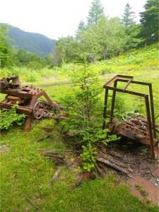 夏に分水嶺トレイル(奥秩父主脈縦走)で見つけた工作機械。笠取山の西、分水嶺近くにある。