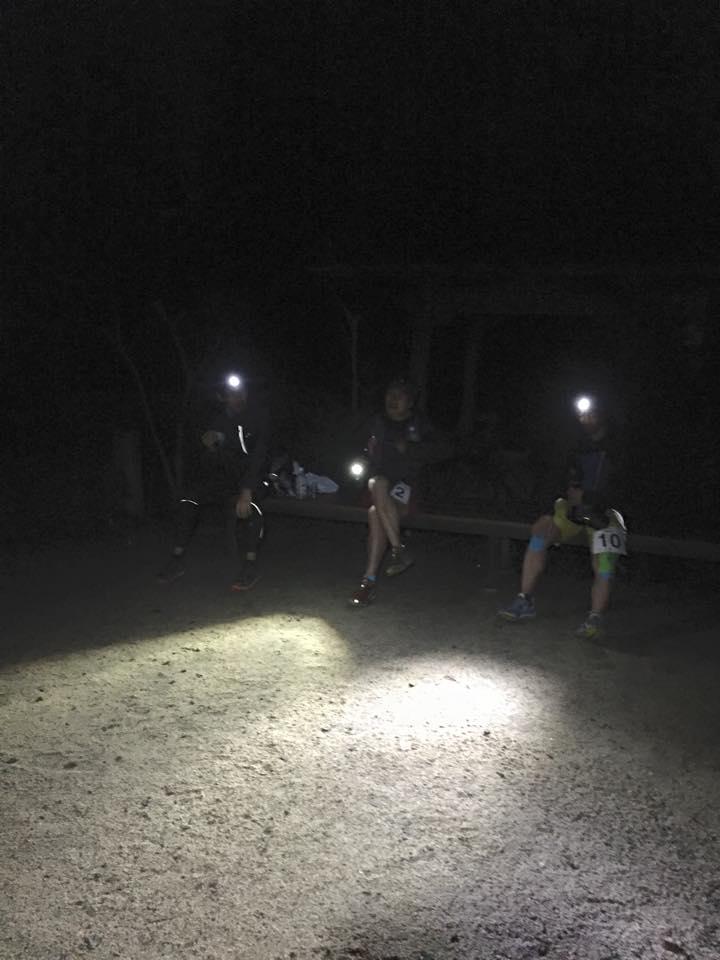 映像をとっていたクルーも山の中での撮影はできないので参加者のFBの写真から。前回ロストした分岐と同じポイントで今回も他の参加者がロストしたことが悔やまれる。