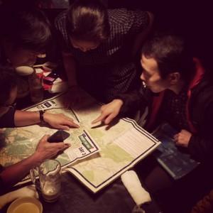 館野氏から地図の説明を受ける挑戦者達@炭や