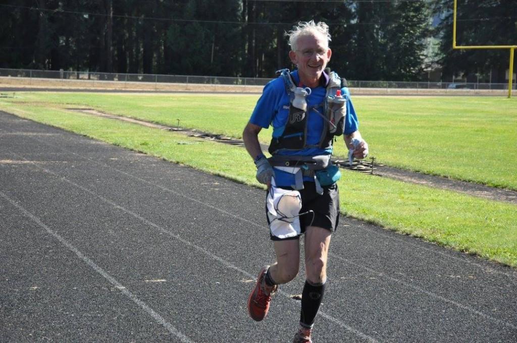 「くぎしまさんですか?」少したどたどしい日本語で話しかけられた。Gene Dykes 69歳、今年の最年長完走者だ。「おくほだか..きただけ..あいのだけ..やり。ぜんぶのぼりました。ふじさんはじゅーがつにのぼったら、しにそうになりました。わはは。」座間の米軍キャンプに2年間駐在した経験があり、オートバイで日本中旅をして、山々を登ったと。3日目の夜間のエイドですれ違った時に、かなり憔悴ていたが、うまくエイドで回復させて完走を果たした。最後のトラックはキロ5 ?と思うほど、背筋の伸びた美しいフォームで周回していた。彼らの Ultrasign upを見てさらに驚いたことに、9月にTahoe200、10月にMoab200にエントリーしており、完走すればもちろんトリプルクラウン(同一年度に3つの200マイルを走ること)最年長者になることは間違いない。退役軍人おそるべし。