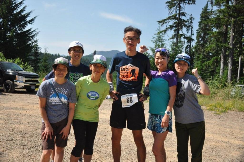 今回のレースにおけるベストショット。レース日程が長いので、全員が揃ったのは76マイル地点のElk Pass Aidだった。エリートランナーで、シアトル在住の藤岡夫妻、ポートランド在住の@trailinportlandさん( twitterアカウント)、八ヶ岳スリーピークスのボランティアがご縁で知り合った方と、互いが全員の顔を知らなくても、ここに集まることができたからこそ自分の完走があったのは間違いありません。パシフィックノースウエストから日本にレースでいらっしゃる時は万全のサポートでお迎えいたします。