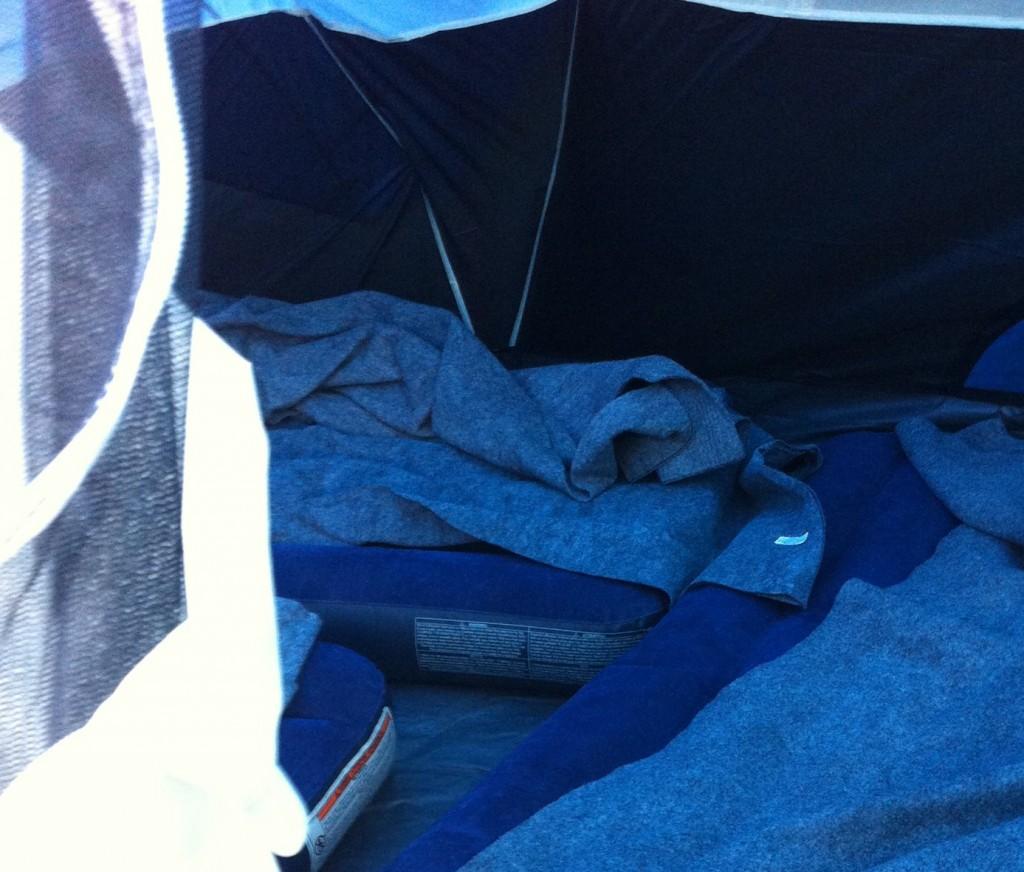 スリーピングテントの中、暖かいエアマットと十分な毛布がある。大敵は隣のおっさんのいびきなのは全世界共通である。昼間は暑くなるので、皆、外でコットやマットを使い木陰や車の陰で寝てしまう。自分もOMM Adventuer Lite20 のザックから背面マットを取り出して熟睡した。