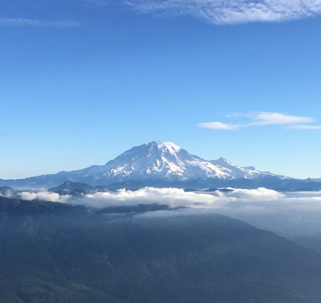 日系移民からはタコマフジと呼ばれたらしい。それも納得できる。4,392mで万年雪を抱え、ピークを踏むにはどのルートからでも相応のアルパイン技術が必要であることが富士山との大きな違い。