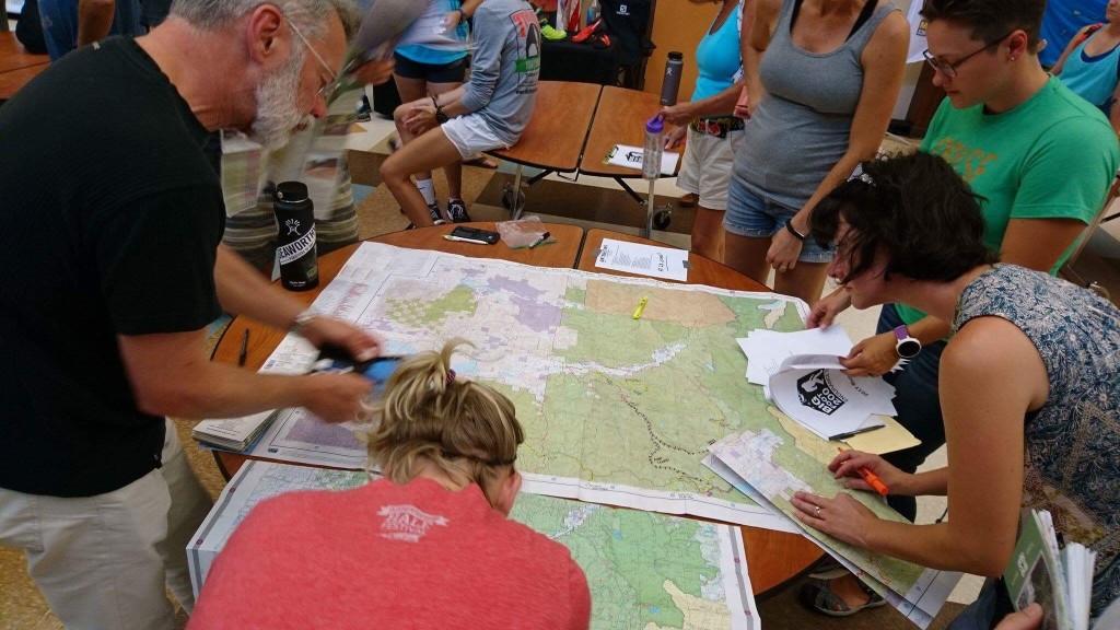 googleさへあれば世界中どこでも行けるというのは誤りだ。GPSの補足が悪い林道に、特に今年は雪が多かったため、washout(土砂流出) slide(土砂崩れ)による閉鎖が多い。そしてここ数週間の高温乾燥による山火事防止にクローズとなる林道があった。サポートクルーは紙地図とGPSの両方を駆使してアプローチする。