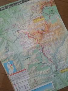 マップ面にはコース詳細を記載。水場やトイレ、眺望ポイントや名所なども記載しています。