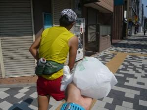 サメ先生のアイデアでコンビニでロックアイス購入しビニール袋をもらって半分づづ氷を入れて身体を冷やしながら進む事にしました