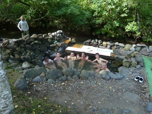 一部のメンズランナーは先行して コース途中の秘湯へ
