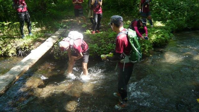 湿原を抜けたところの川でシューズを洗います