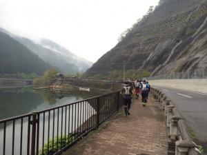 まずは湖畔沿いのロードを4.5kmほど