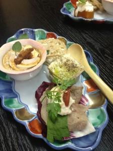 おしゃれな湯葉料理。お肉と湯葉、湯葉ティラミス、生湯葉のオリーブオイルがけ、レンコンと湯葉のはさみ、その他、湯葉と柿とチーズの和え物のような・・・どれもお石会った。ワインも日本酒もふるまわれた