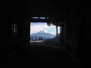 敬慎院の門をくぐって振り返ると見える美しい富士山