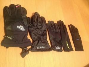左から冬山用、防水の手袋、普通の山用、インナー手袋、FINETRACKのアンダーと同じインナー手袋