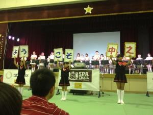 ブリーフィング前に小学生たちに歓迎の演奏とダンスが。一生懸命練習してくれたんだなあとうるっときてしまった。