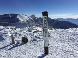 西天狗岳は東と違い風がなく穏やか。山頂で篠崎さんの北アルプスからの山の名前と位置をレクチャーしていただきました。 すべて言えるってスゴイ!さすが私達の先生\(^o^)/