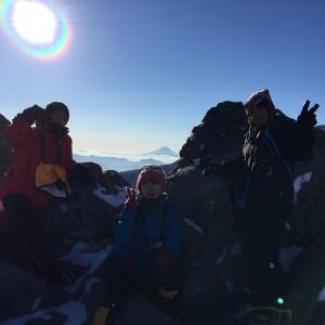 ニュウにて。後ろには天狗岳からは見えない富士山が。