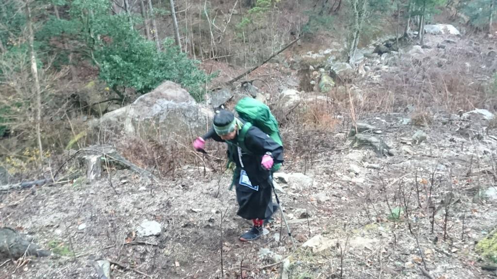 着流しスタイルは裾が邪魔で足を開きにくい。倒木や大きな岩などの障害物がツラそう。