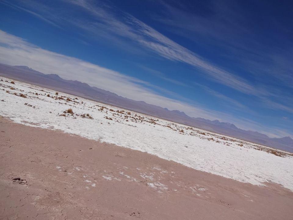 白い砂漠。なんでだろうと、首をかしげてお楽しみいただくと、水平になります