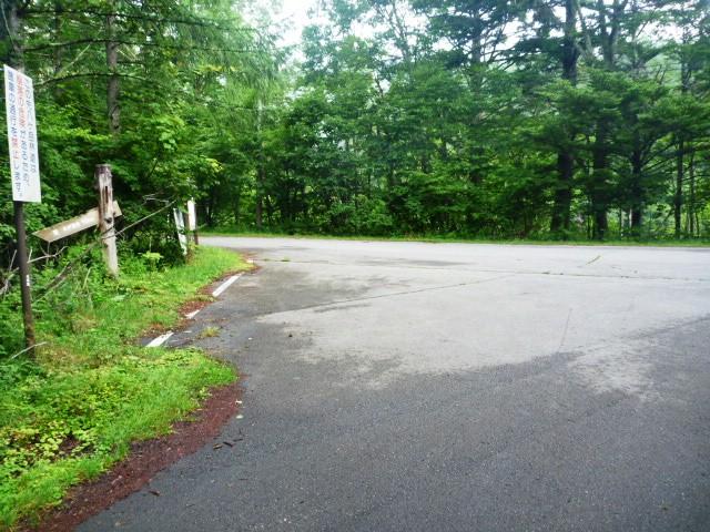 11.4km地点。交差点を左へ稲子湯方面へ。