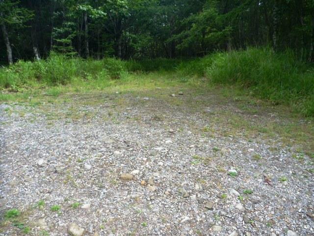 18.2km地点。登山道と林道の交差点。林道ではなくまっすぐ進む。