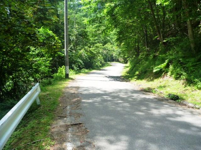23km地点。舗装路を下る。